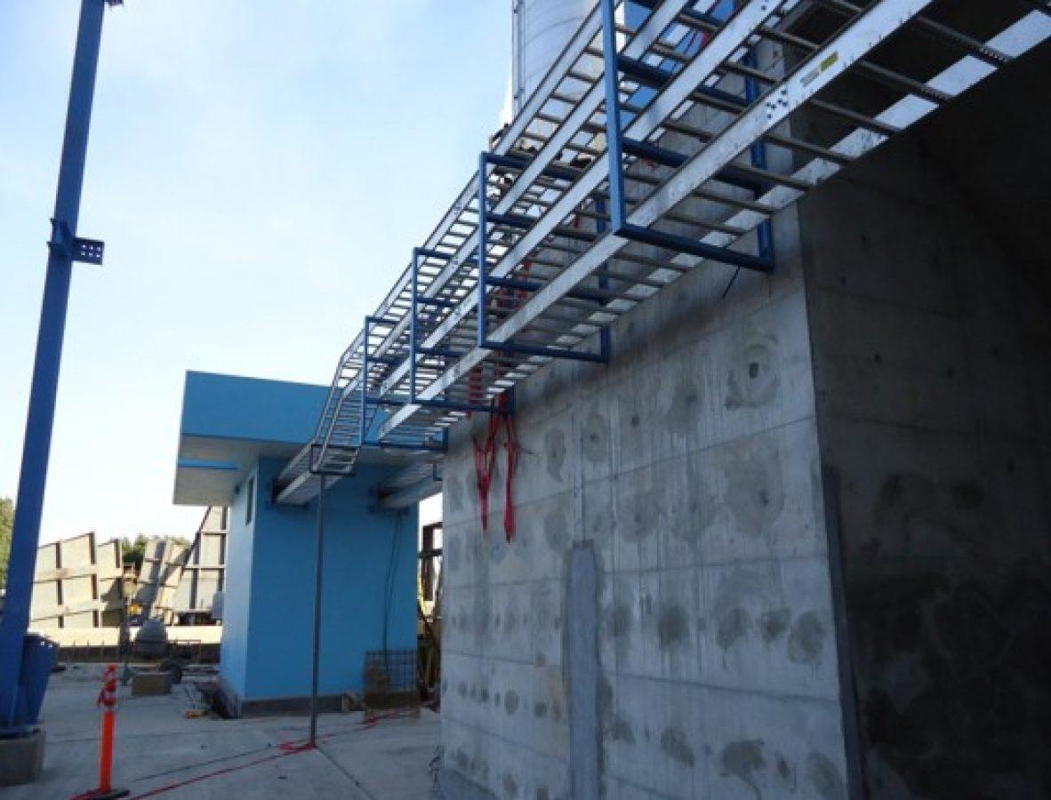 Instalación de charola de aluminio para cableado eléctrico
